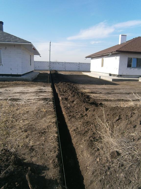 Рытьё траншеи для столбчато-ленточного фундамента под забор из бетонных четырёхметровых плит в Подгороднем.