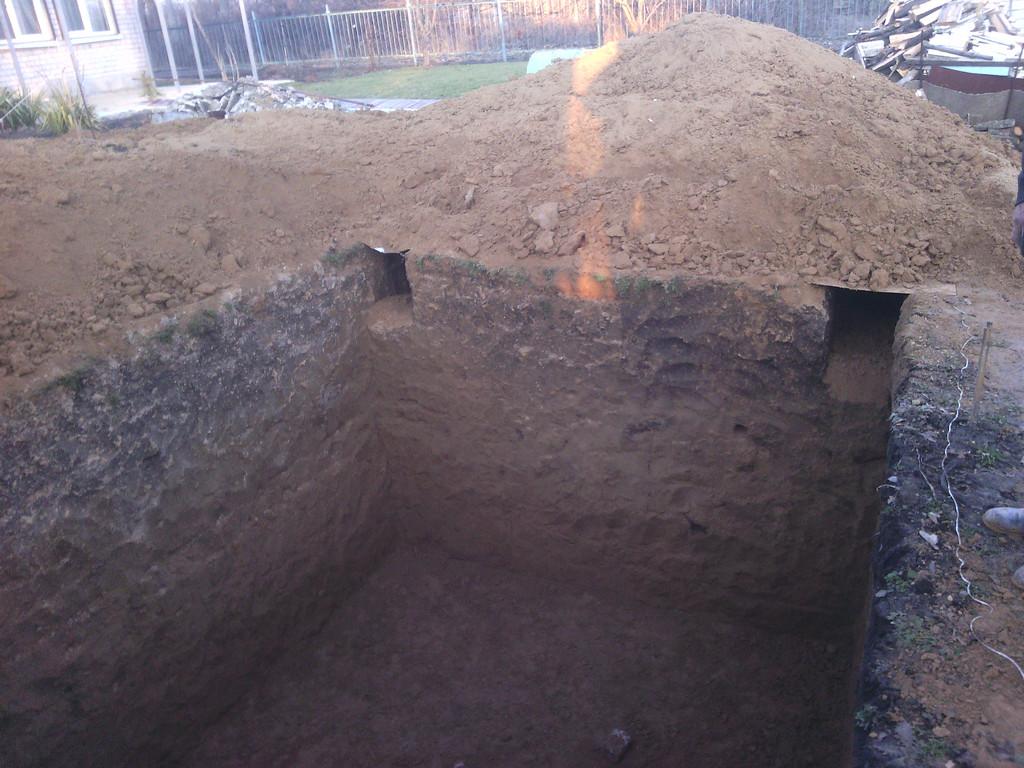 Яма под подвал строения на даче. Ввиду малого количества места для складирования грунта, он по ходу выполнения работ вывозился тачкой за пределы участка. Размеры 4*5*2.5 м.