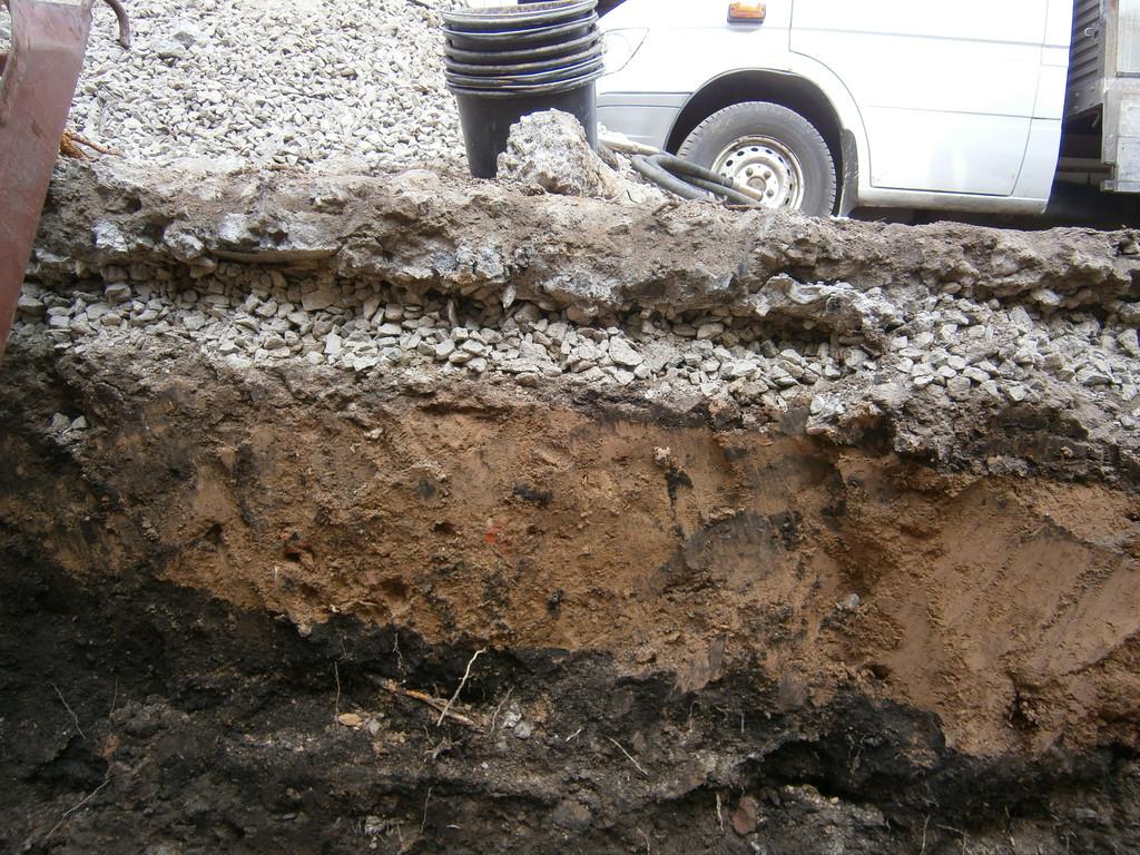Под асфальтом находился слой отвального шлака, затем щебёночная подготовка и утрамбованный слой глины. Потом немного земли.