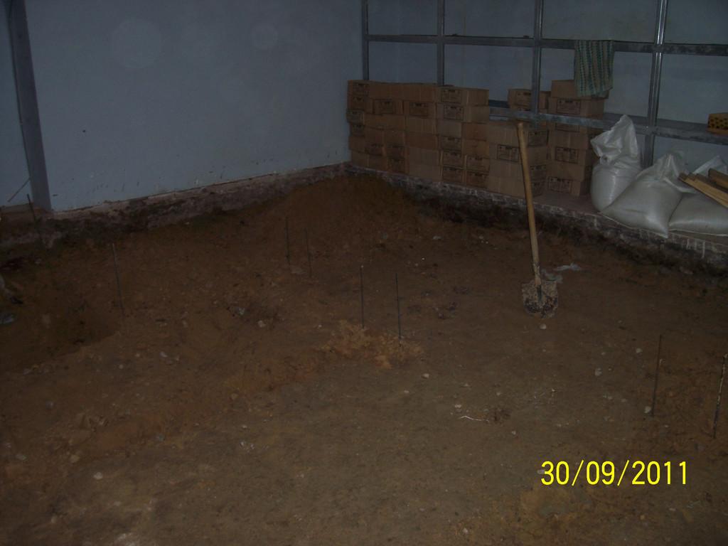 Выемка и вынос грунта из подвального помещения после предварительного демонтажа старого бетонного покрытия (работы проводились с целью увеличения высоты потолка до приемлемой величины).