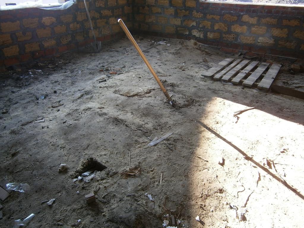 Ещё одна похожая работа - выемка насыпного грунта в строящемся частном доме под устройство бетонной плиты основания в Подгороднем. Земля выбрасывалась через окна или выносилась вёдрами.