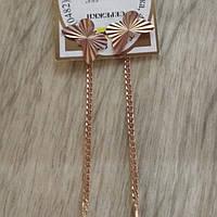 Золотые серьги на цепочке.