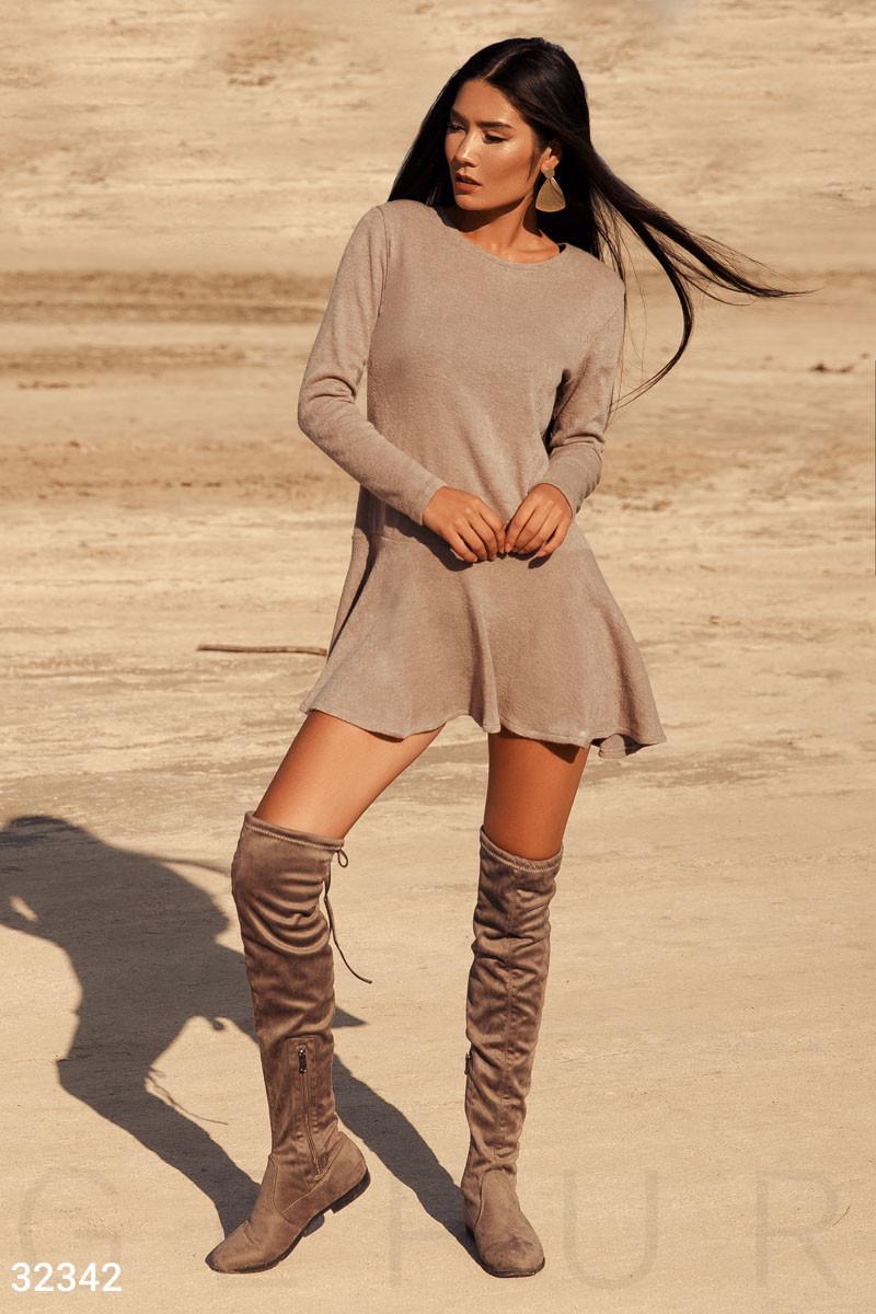 Короткое трикотажное платье с длинным рукавом бежевое