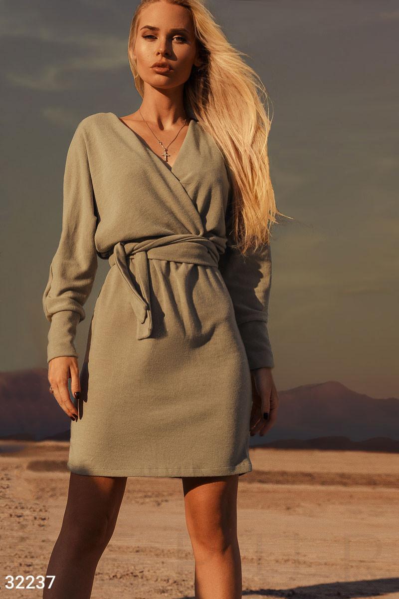 Трикотажное платье на запах с длинным рукавом бежевое