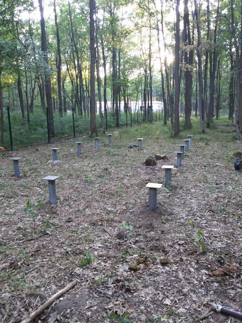 Все винтовые оцинкованные сваи выставлены под лазерный нивелир