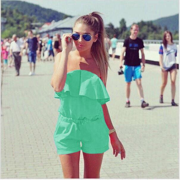 Женский летний комбинезон шортами с воланом и открытими плечами мятный