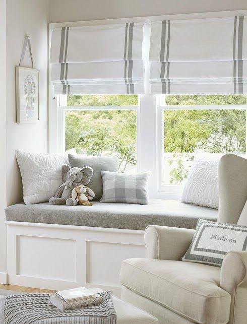 Мягкая зона у окна с серой сидушкой и фасадами мдф