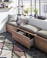 Мягкая зона у окна с ящиками и подушками для отдыха