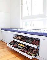 Мягкая зона у окна с ящиками и полками для обуви