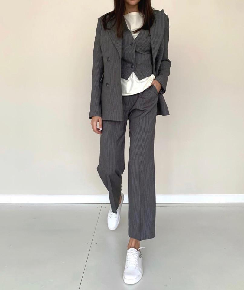 Классический костюм - тройка с жилетом на пуговицах и ровными брюками 71101413