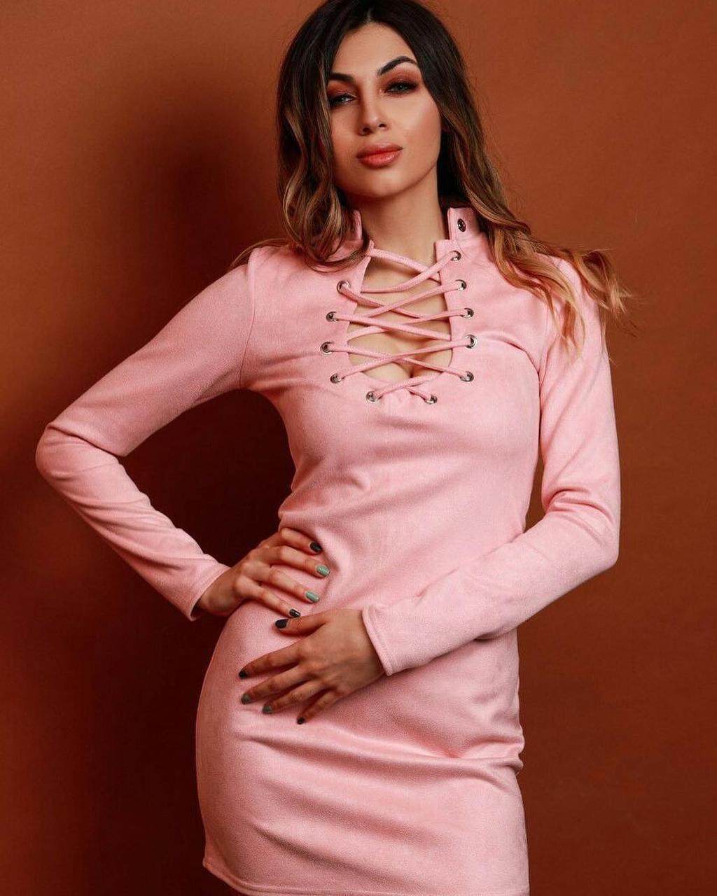 Женское замшевое платье мини с люверсами