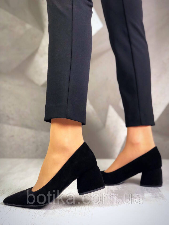 Элегантные черные замшевые туфли на каблуке
