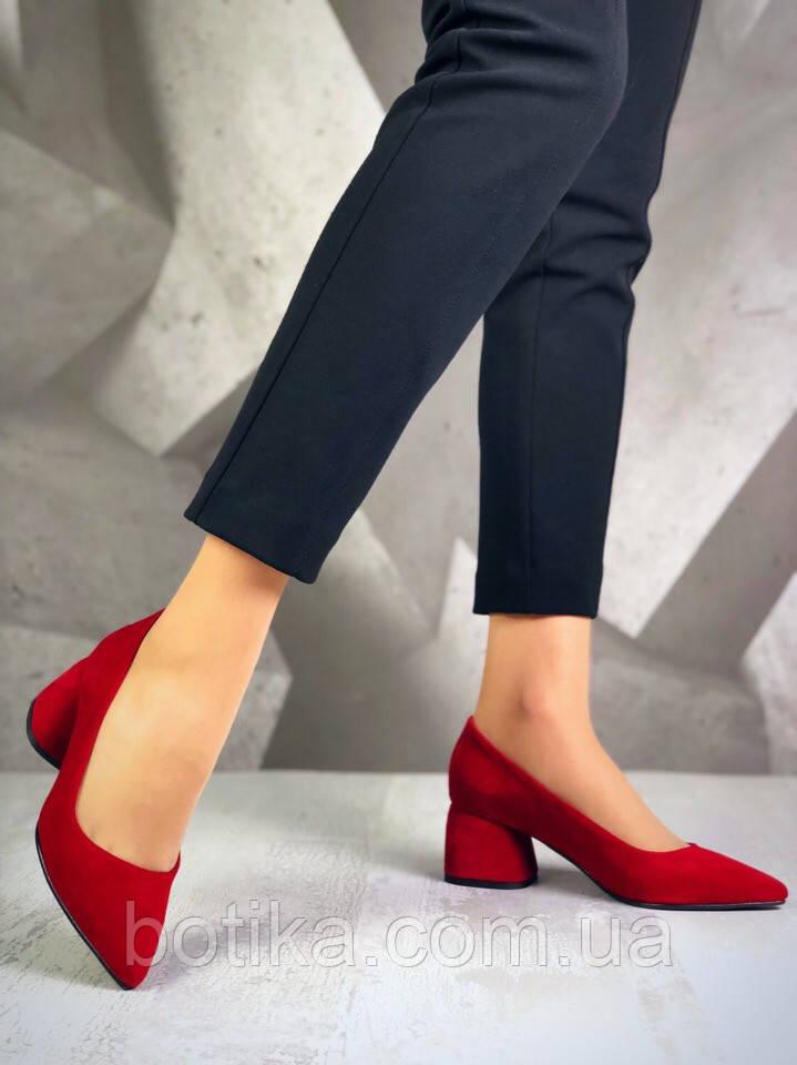 Элегантные красные замшевые туфли на каблуке