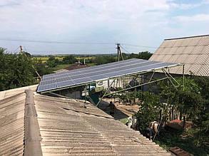 Фотоэлектрический навес во дворе состоит из 36 солнечных панелей.