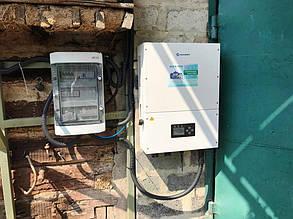 Солнечный инвертор и шкаф защиты навешены на стене гаража.