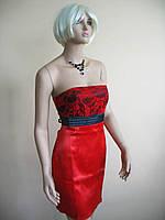 Красное атласное мини-платье с гипюровым лифом и завышенной талией