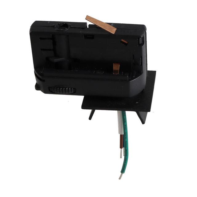 На фото изображен  классический трековый коннектор - соединитель светильника и шинопровода