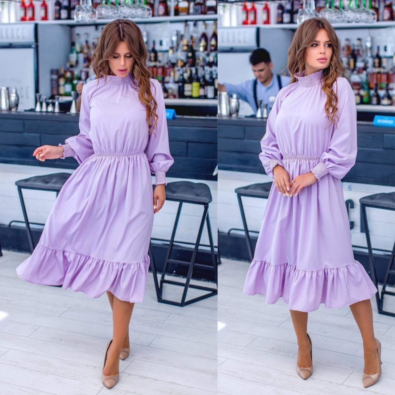 Женское платье с воланом и объемными рукавами лилового цвета
