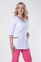 Женский медицинский брючный костюм с вышивкой