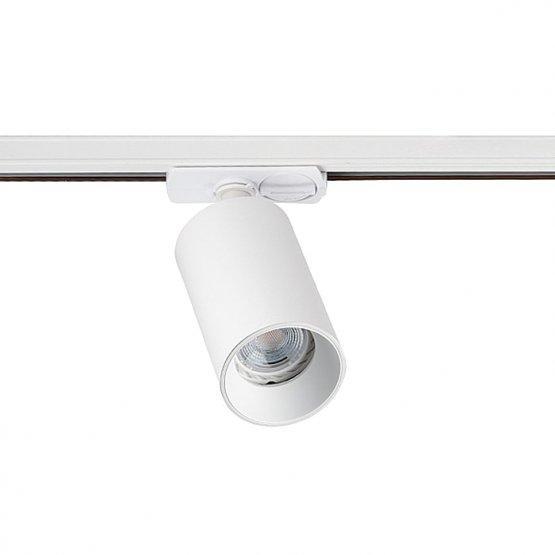 на фото изображена алассическая трековая система освещения: трековый светильник через специальный переходник закреплен на шинопроводе