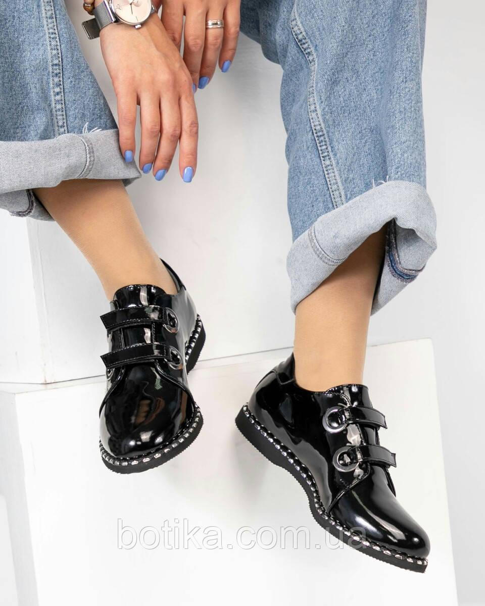 Стильные лаковые женские туфли с люверсами