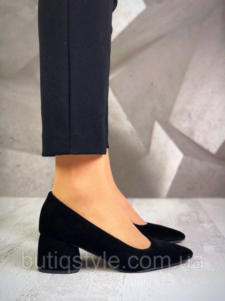 Жіночі чорні туфлі на низькому каблуці натуральний замш