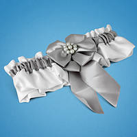 Подвязка на ногу невесты в белых тонах с серебристым бантиком