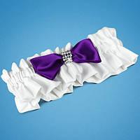 Подвязка на ногу невесты в яркобелых тонах с фиолетовым бантиком