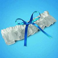 Подвязка на ногу невесты в яркобелых тонах с голубым бантиком