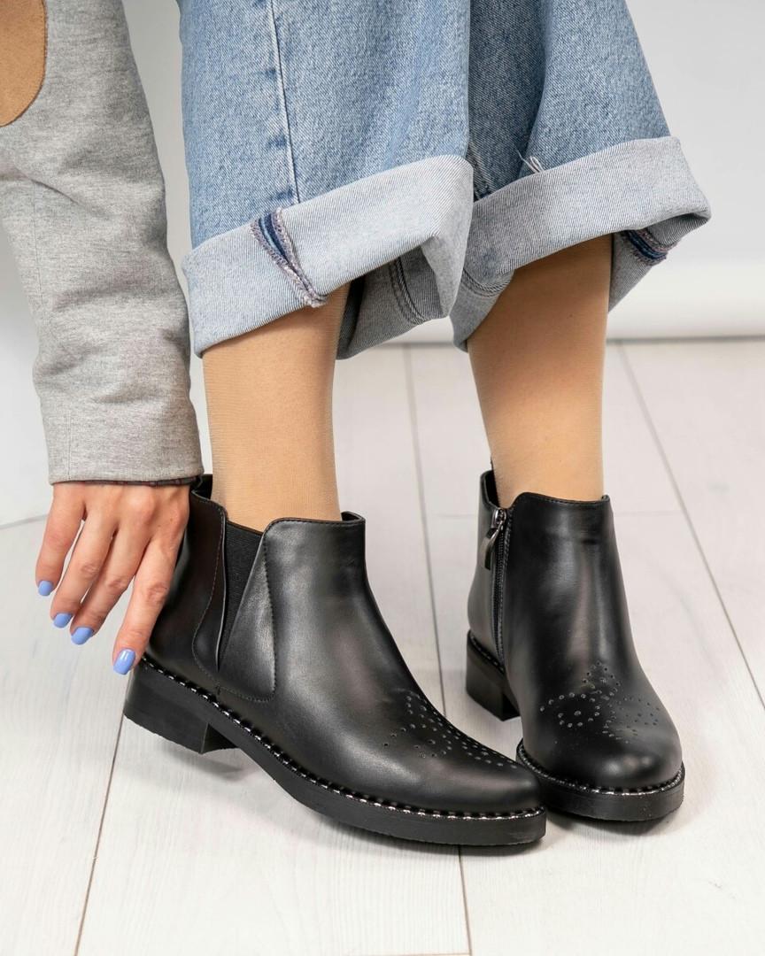 Женские демисезонные ботинки Челси из черной брогированной кожи