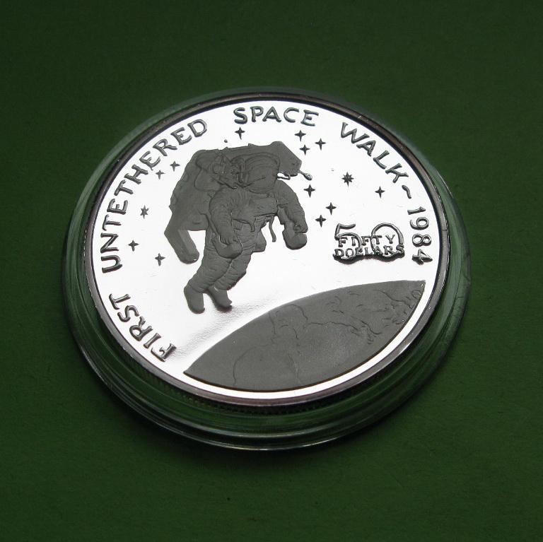 Маршалловы о-ва 50 долларов 1989 г. Космос. Первый неуправляемый выход человека в открытый космос