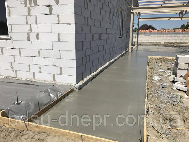 заливка бетона во дворе