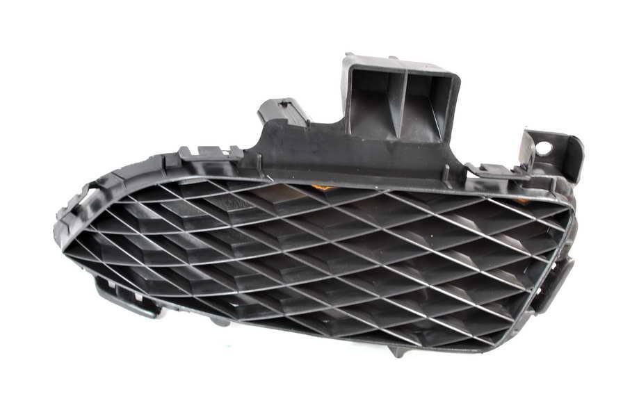 Решетка в бампер Mazda 3 (BK) 04-06 SDN левая без отверстий для противотуманок 3476 997