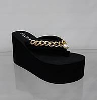 Шлепанцы модные женские  черные с цепочкой на высокой платформе