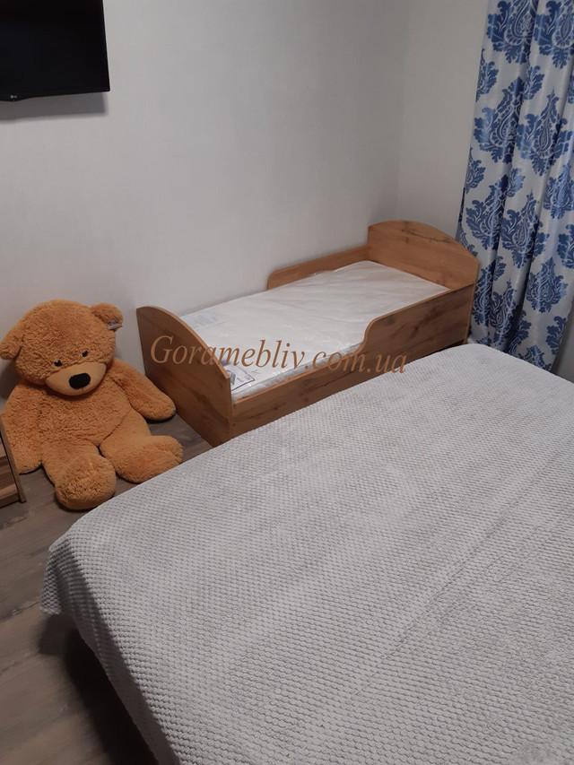 """На фото: детская кровать с защитным бортиком """"Детская Новая"""" в интерьере"""