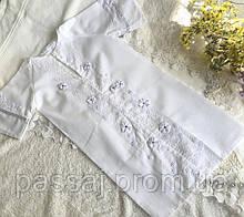 Белая нежная рубашка для крещения украшена цветами