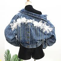 Женская короткая джинсовая куртка с цветочной апликацией и цепочками, фото 1