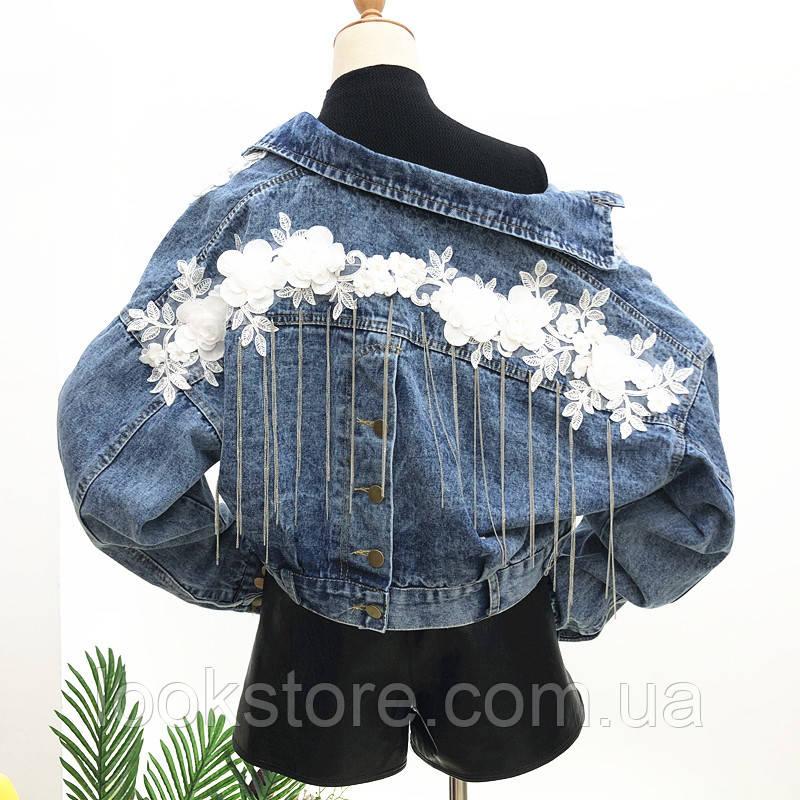 Женская короткая джинсовая куртка с цветочной апликацией и цепочками