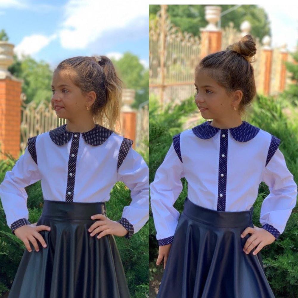 Блузка для девочки белая школьная, с длинным рукавом и воротничком, отделка в горошек синяя и черная
