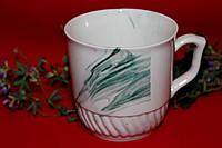 Белая чашка с зелеными разводами