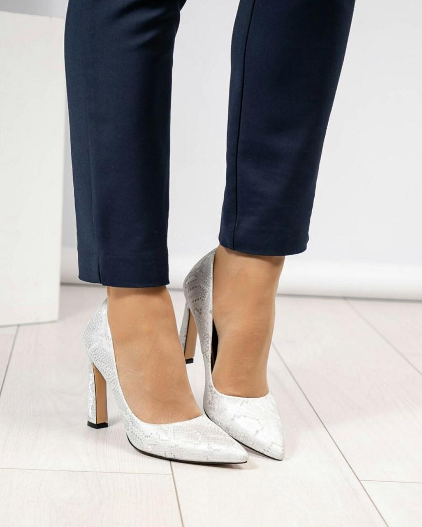 Туфли женские на высоком каблуке белые