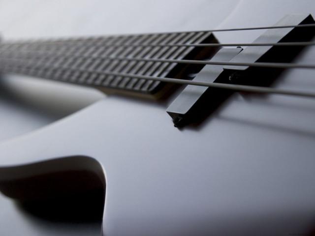 Бас-гитара.