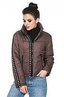 Демисезонная короткая женская куртка  декорирован жемчугом. Размеры с 44 по 54. Пять цветов. Код Селена