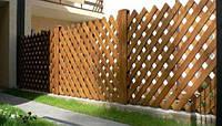 Деревянный забор с вертикальными решетками LNK