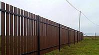Деревянный забор с металлическими лагами вертикальный LNK