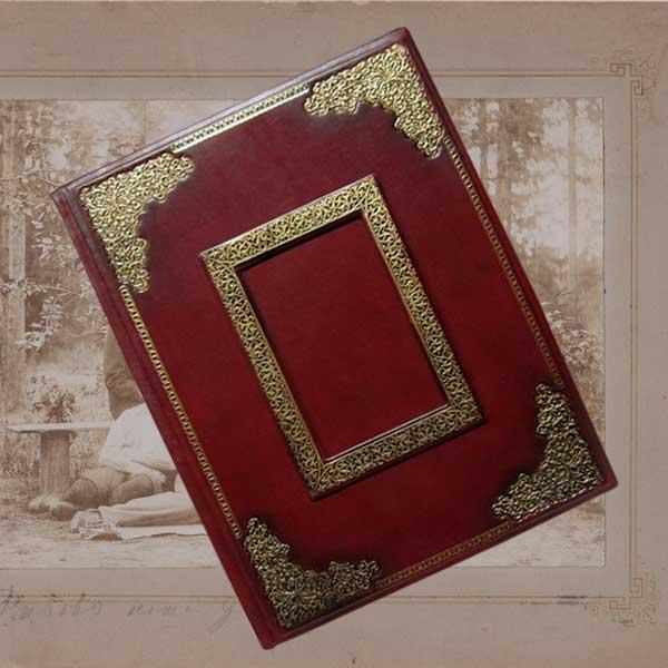 """Фотоальбом в шкіряній палітурці з художнім тисненням покритим бронзовою патиною """"Фамільний"""""""