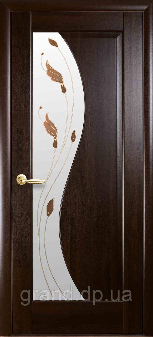 Межкомнатная дверь  Эскада ПВХ DeLuxe со стеклом сатин и цветным рисунком, цвет каштан