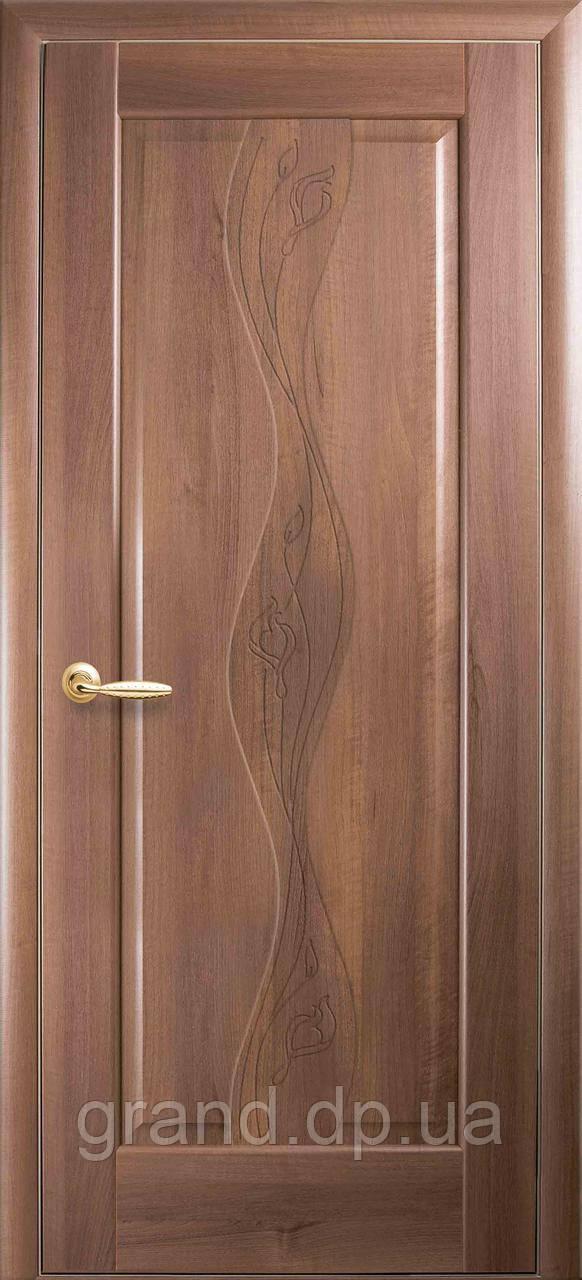Межкомнатная дверь  Волна ПВХ DeLuxe глухая с гравировкой, цвет золотая ольха