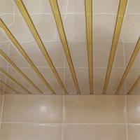 Реечный подвесной потолок: зеркальный с золотой вставкой, фото 1