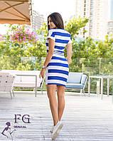 Летнее платье имеет свободного кроя верх и облегающий низ.